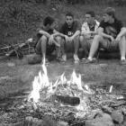 Soirée autour d'un feu de camp au camping